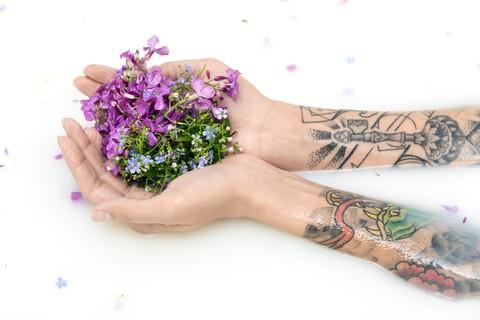 Pielęgnacja świeżego tatuażu - co robić? Jaką maścią smarować tatuaż?